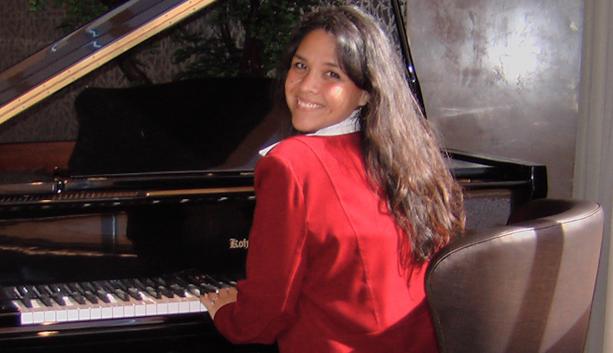 lisa-playing-piano